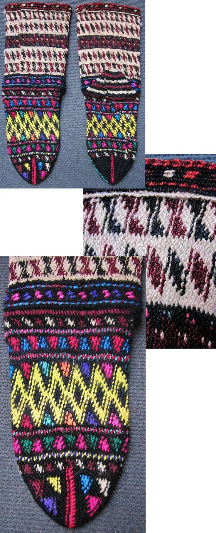 Traditional hand-knitted woollen socks, for women.  From the Keles district (South of Bursa).  Late 20th century.  Ethnic goup: Yörük (Karakeçeli).  (Inv.nr. çor035- Kavak Costume Collection - Antwerpen/Belgium).