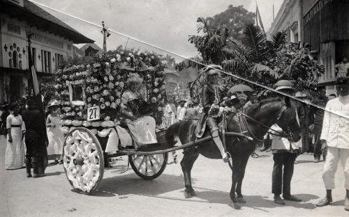 Koloniale geschiedenis. Eeuwfeest (Nederland 100 jaar onafhankelijk) in de straten van Bandoeng, 1913. Bloemen optocht van versierde wagens. Indonesië, Bandoeng, 1913.