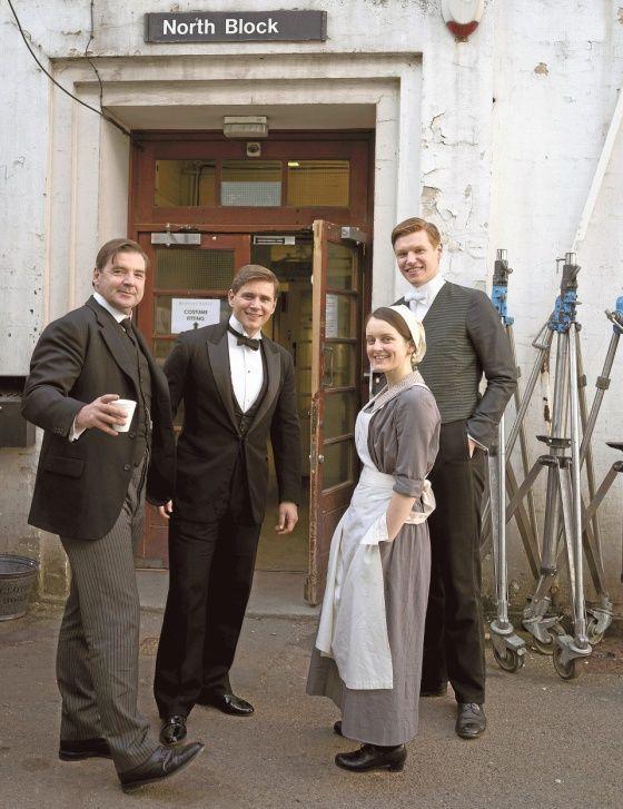 Downton Abbeya kuvataan myös legendaarisilla Ealing-studioilla Lontoossa. Näyttelijät Brendan Coyle (vas.), Allen Leech, Sophie McShera ja Matt Milne ovat kuvaustauolla.