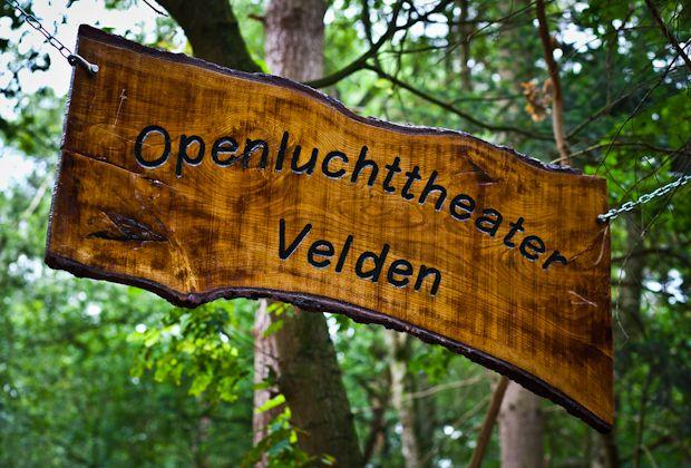 Onthulling van het bord tijdens de opening van het Openluchttheater in Velden.