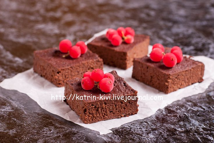 Chocolate brownie with currant