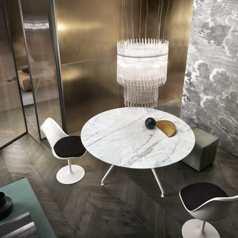 """Manta"" table in round version with white aluminum structure and Calacatta marble top. (by Rimadesio)"
