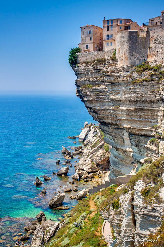 Bonifacio en Corse, village perché sur les autres avec une vue imprenable sur les falaises comme vous pouvez l'admirer sur cette photo. A visiter absolument lors de vos vacances en Corse ! #Bonifacio #Corsica