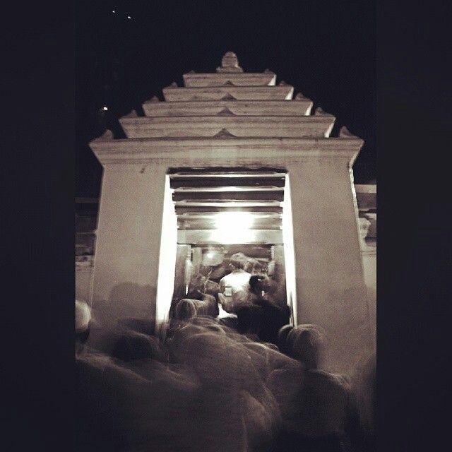 People Moving. Suasana Ramai Pengunjung Malam Selawe di Giri - @oktawakhdiantoro