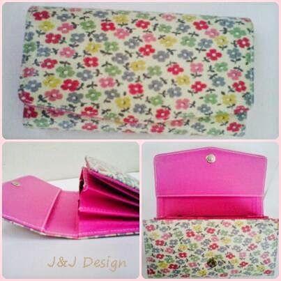 Nama  Produk : Dompet wanita Flower Fullcolor Harga : 60rb Ukuran   : 20cmx35cm Bahan : Kulit Sintetis Bentuk Dompet : Lipat 3 ,1 slotfoto, 3 slotcard