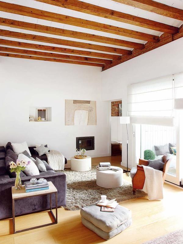 Moderna y cálida, urbana y campestre. En una equilibrada mezcla radica el encanto de esta casa, que aprovecha las virtudes decorativas de los dos estilos para crear el suyo propio.
