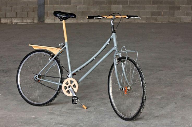 Bicicleta Bianchi restaurada y con complementos en madera hechos artesanalmente.  Fully restored retro bicycle with wood elements.