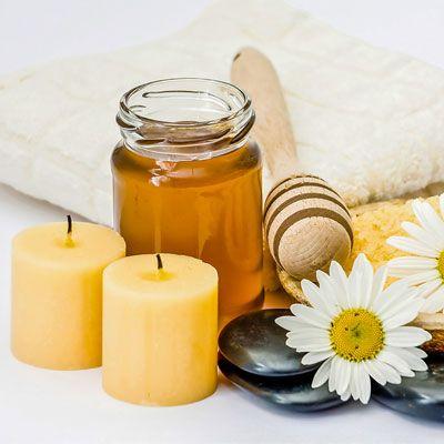 Lip Scrub selber machen: Rezept für DIY Lippenpeeling mit Honig - Um dieses typische Honig-Öl-Peeling mit zusätzlichem Pflegeeffekt zu versehen, ...