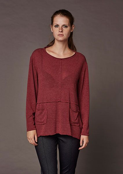 Asymmetric blouse with external seams and pockets ideal for large sizes
