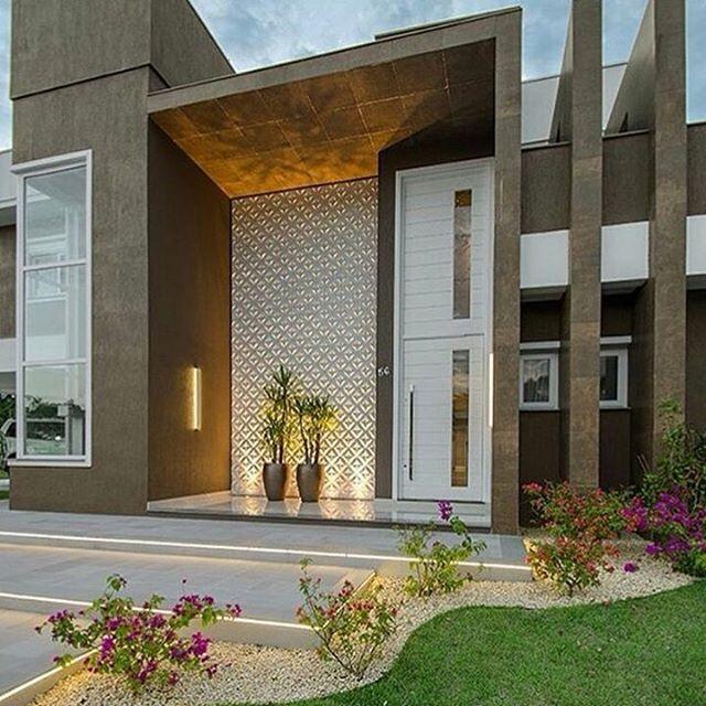 Fachada contemporânea maravilhosa por Ann arquitetura @construindominhacasaclean Veja + no www.construindominhacasaclean.com Se você precisa de ajuda para decorar algum ambiente, solicite uma consultoria online com 3D pelo meu e-mail...