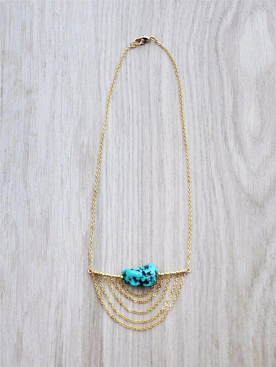 Esta es una declaración elegante collar, turquesa y oro, inspirado en joyería étnica con un toque moderno. Los materiales son de latón dorado