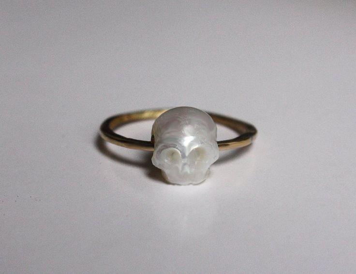 La bague vanité, or 18caratset perle de culture scuptée en forme de crâne.  Créatrice: Charlotte Martyr, bientôt disponible sur son site!
