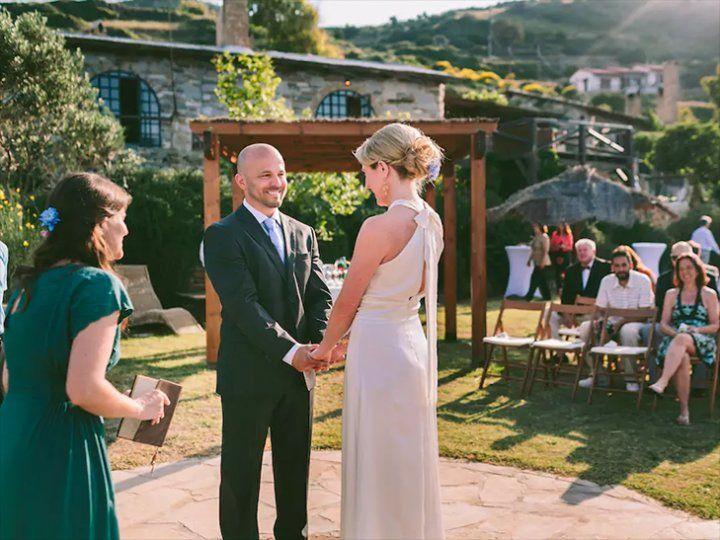 Торжественная церемония в путешествии — одно из самых популярных направлений в свадебной организации. Об этом говорит исследование Real Weddings Study, проведенное в 2015 году американским изданием The Knot. Специально для романтичных путешественников и смелых мечтателей мы отобрали 9 идеальных для свадебной церемонии мест, доступных для бронирования на старом добром Airbnb.