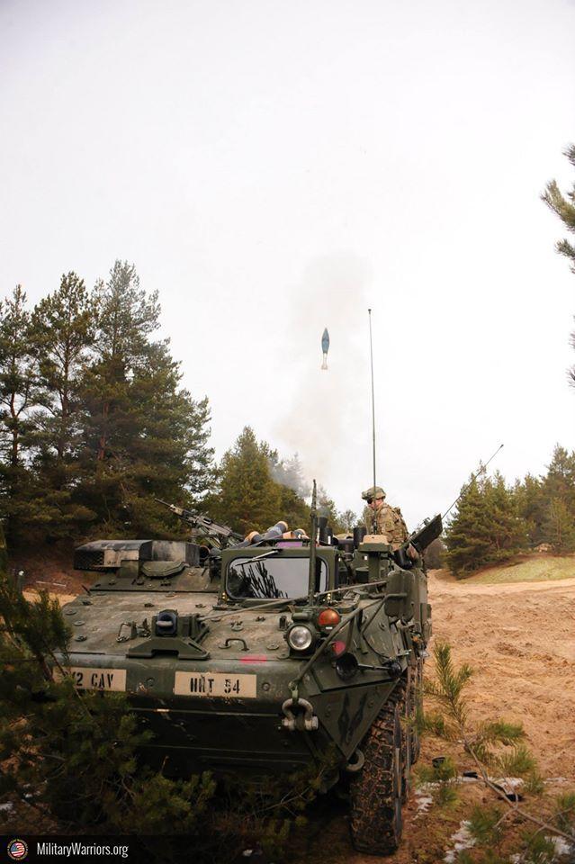 U.s. soldados asignado a mortero pelotón, sede y sede de tropas, 2D Regimiento de caballería ( prusiano ), fuego 120mm mortero rondas como parte de un combinado vivir - fuego ejercicio con la letón fuerzas terrestres, durante la operación Atlántico resolver en adazi formación espacio, letonia, de marzo de 6 , 2015. operación Atlántico resolver es un u.s. ejército europeo condujo tierra fuerza fiabilidad formación misión que se dan en Estonia, letonia, lituania y Polonia para mejorar…