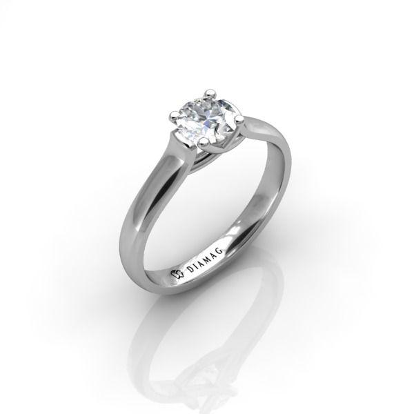 Acest model din aur alb este combinația perfectă între un inel de logodnă clasic, care pune cel mai bine în valoare diamantul, și un inel modern, ușor de purtat. Diamantul central este montat pe gheruțe, de aceea piatra centrală primește toată lumina de care are nevoie pentru maximum de strălucire. În același timp, montura este mai joasă decât la un inel clasic, ceea ce îl face mai ușor de purtat.  Se poate configura cu urmatoarele forme de diamante: rotund, princess, oval, cushion, radiant…