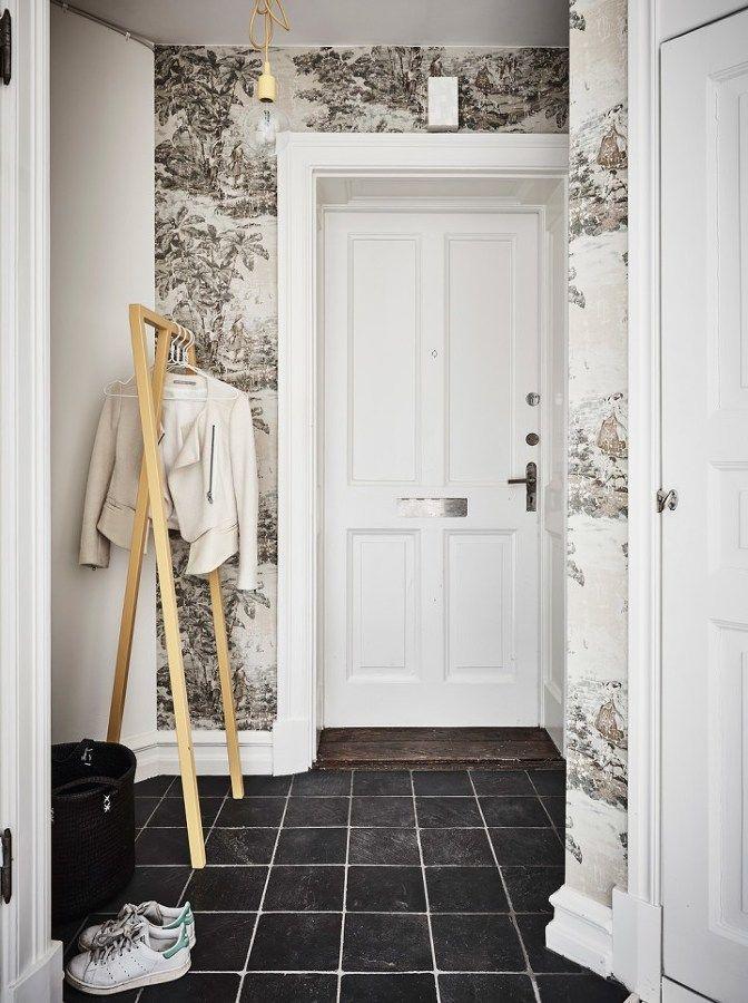 Vestíbulo con papel de pared /Dormitorio pared negra / Un elegante estudio de paredes negras y decoración vintage #hogarhabitissimo