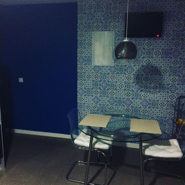 Pintura pizarra azul y papel dibujo baldosa hidráulica para la zona office