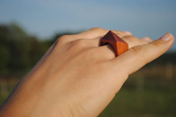 Na hraně palisandru V českém lese na červené dřevo nenarazíte, kromě jemnějších odstínů u olše nebo buku. O to exotičtěji působí tenhle palisandrový prsten. Pokud jsou vám blízké přírodní materiály v jejich přirozené kráse a zároveň rádi překvapíte okolí nápadným šperkem, je tohle vaše volba :) Obvod 59, průměr 18,8mm. Prsten vyrobil Tomáš, je...