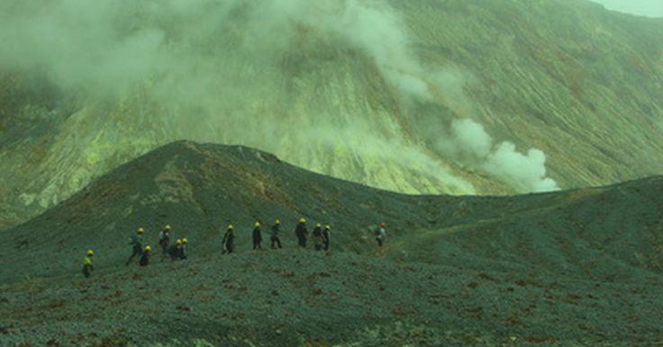 Quais ferramentas são utilizadas para estudar vulcões?. Diferentes dos outros cientistas, os vulcanólogos têm capacidade limitada de dar uma olhada em primeira mão dentro do que estão estudando. Eles dependem de uma miríade de ferramentas para obterem as informações. Esses equipamentos extremamente sensíveis permitem que eles fiquem de olho em tudo, desde atividades sísmicas e mudanças nas encostas da ...