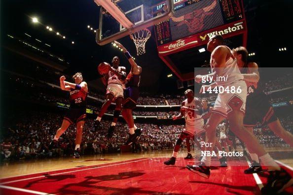 Fotografia de notícias : Michael Jordan of the Chicago Bulls drives to the...