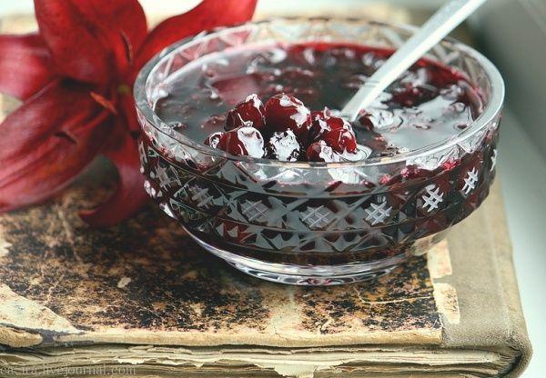 Удивительный рецепт, просто непревзойденный по простоте. При этом ягоды не развариваются, а великолепно сохраняют форму, цвет и аромат. Его технология приготовления позволяет сохранить витамины, цвет ягод, и придает желирующую текстуру. Силт можно готовить из любых ягод: малина, клюква, брусни