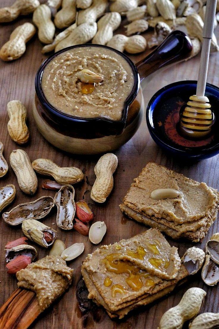 MALZEMELER Ev yapımı fıstık ezmesi tarifi malzemeler: 500 gram tuzsuz yer fıstığı 3 yemek kaşığı pekmez 1 yemek kaşığı sıvı yağ 1 tutam tuz 1 tatlı kaşığı vanilya özütü (varsa) HAZIRLANIŞI Ev yapımı fıstık ezmesi tarifi hazırlanışı:Fıstıkların kabuklarını soyun.Soyduğunuz fıstıkları bir tavaya koyun ve 5-6 dakika kavurun.Isınan fıstıkları robota koyun (Sıcaklığın etkisiyle püre kıvamına gelecekler).Püre kıvamına gelen fıstıkların için diğer malzemeleri ekleyin ve karıştırın.