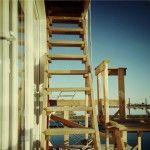 Aufstieg zur Terrasse des Hausbootes Stern