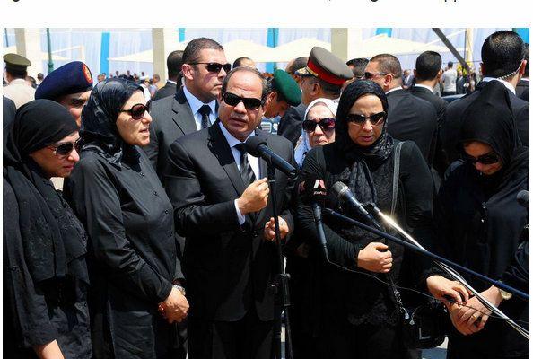 AlSissi funeral -  Dos años después del día en que el ejército derrocó al presidente islamista de Egipto, los sonidos procedentes de la mezquita en la plaza Tahrir de El Cairo eran tristemente reveladores.  En el punto focal de los levantamientos de Egipto, donde las autoridades esperaban organizar las celebraciones, hubo en su lugar una oración por los muertos de la semana, entre ellos soldados que habían caído víctimas de los extremistas en Sinaí y el fiscal jefe del país, asesinado…