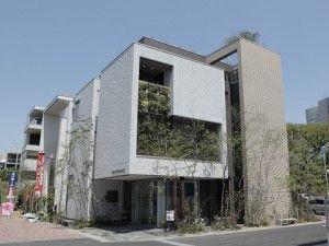 東京都渋谷区にある積水ハウスのモデルハウス。4階建てで1階部分がカフェの店舗併用住宅(資料提供:積水ハウス)