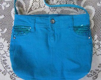 Willkommen bei Dawns Denim & Lace!  Diese große Jeans-Tasche ist ein Unikat.  Wie alle meine Taschen es begann, als ein paar Jeans - das war ein schönes Paar von Denim-Shorts.  Die mittlere waschen Denim ist mit Stickerei in hellblau, Elfenbein und Pfirsich, an den Seiten und um die Spitze verschönert.  Es gibt vier Taschen auf der Außenseite, um Ihren Schlüssel, Ihr Telefon, Ihre Wasserflasche oder was immer Sie wollen haben leicht zugänglich zu halten.  Diese stilvolle Tasche ist komplett…