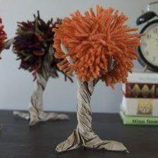"""101. Lavoretti per l'autunno:mela di """"cartapesta"""". Fate una palla con carta di giornale, modellate approssimativamente a forma di mela, poi spennellate tutto con acqua e farina, date forma, inserite in alto un rametto con qualche foglia e lasciate asciugare per…"""