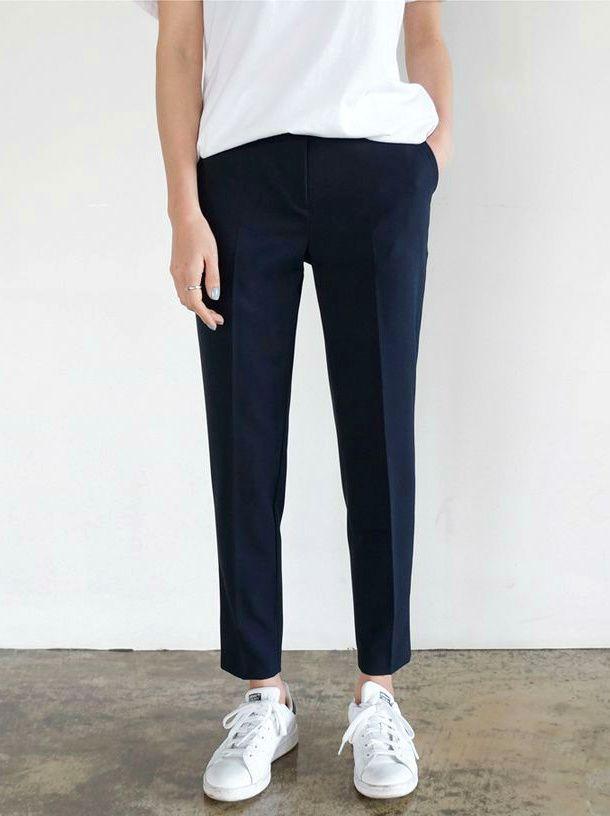 Rien de tel qu'un pantalon bien coupé pour agrémenter un look minimaliste