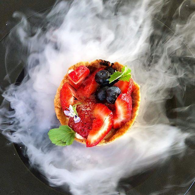 Magiczny Deser Ktory Wywolal Wielkie Wow Na Pol Restauracji Coraz Czesciej Trafiamy Na Elementy Kuchni Fusion Wroclove Kuchniafusion Food Fruit Strawberry