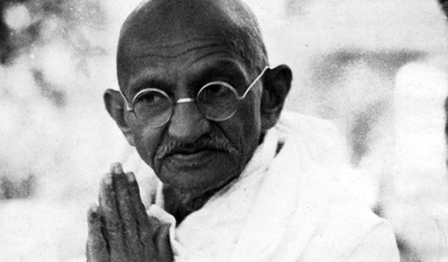 Quando Gandhi studiava diritto all'università di Londra aveva un professore, Peters, che non lo sopportava; Gandhi, però, non era il tipo da lasciarsi intimidire. Un giorno il professore stava mangiando nel refettorio e Gandhi gli si sedette accanto. Il professore disse: – Signor Gandhi, lei sa che un maiale e un uccello non possono mangiare insieme? – Ok Prof, sto volando via…(continua)