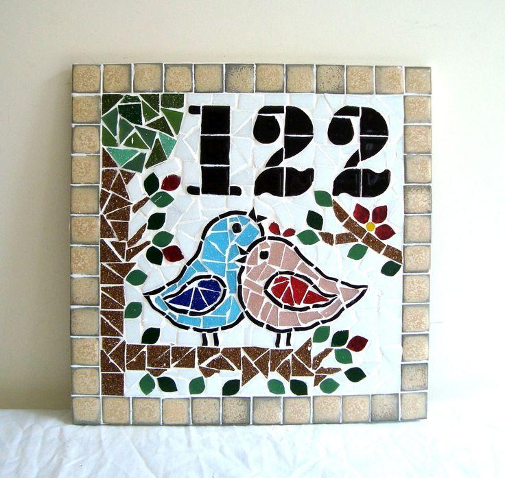 Numero residencial em mosaico, mede 30x30 cm. Cliente pode escolher cor da borda e do número. O mosaico é realizado em cima de um piso e deverá ser fixado na parede com argamassa. Ou poderá ser feito 2 furos para parafusar na parede a pedido do cliente.