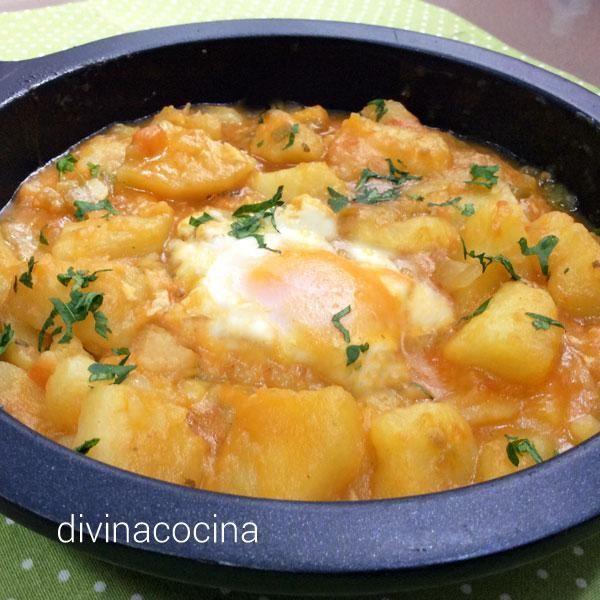 Esta receta de patatas en paseo es antigua y casera, un plato de las abuelas facilísimo de preparar y que se puede servir en almuerzos y cenas.