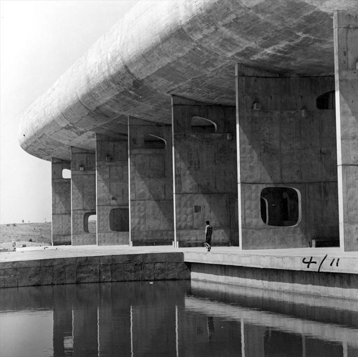 LE CORBUSIER - Palais de l'Assemblée, Chandigarh, Inde, 1955.