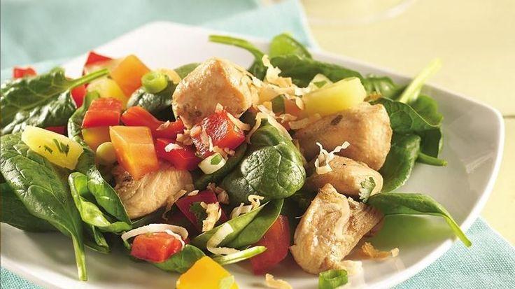Frutas tropicales, espinaca fresca, pimientos y pollo combinados en una nutritiva ensalada para el almuerzo que te permitirá relajarte durante la tarde.