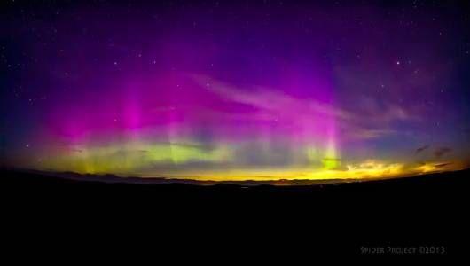 Duas raras paisagens recentemente vistas no céu da Escócia, deixando um sortudo videogravador registrar em um lapso de tempo imagens de nuvens noctilucentes ao lado das luzes do norte.  Fotografia: Maciej Winiarczyk / YouTube.  http://www.mnn.com/earth-matters/space/blogs/unusual-night-sky-phenomena-caught-on-film