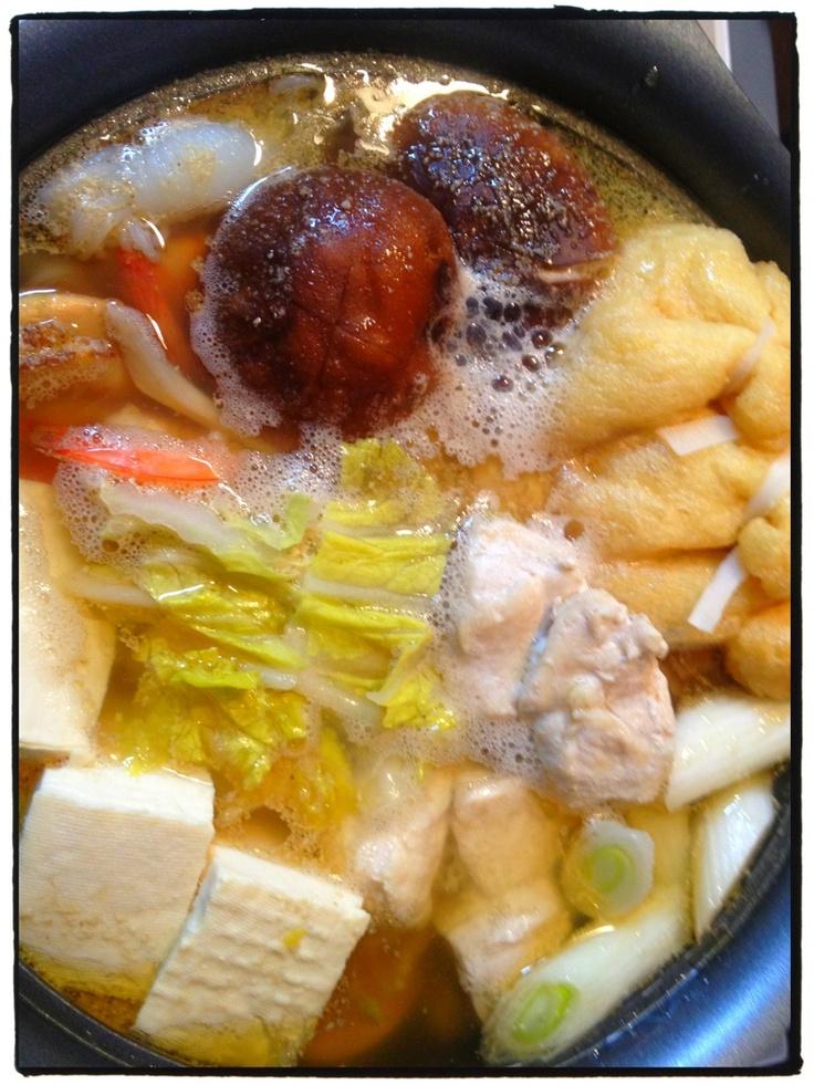 夕ご飯:塩ちゃんこ鍋(鶏肉、ホタテ、エビ、ゴボウ、豆腐、シイタケ、ネギ、白菜、餅巾着)。〆は「名城の中華楼 ゆで太めん」(◍′ω‵◍) やっと風邪治ったー!