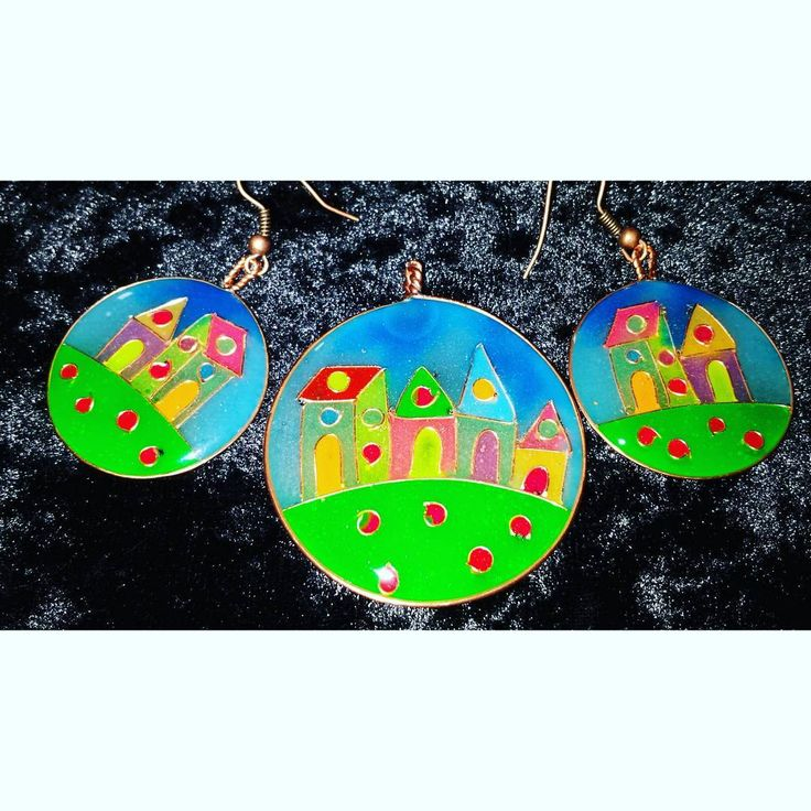 Epoxy resin jewelry set with copper wire. Incredibly handmade, colorful and unique, my own expression of naive art :). #jewelry #smykker #anheng #pendant #earrings #ørepynt #øredobber #kobbertråd #harpiks #copper #wire #resin #handmade #håndlaget #naiveart