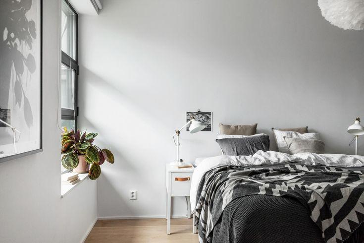 Quarto / mesa de cabeceira branca, plantinha na janela | via Fantastic Frank