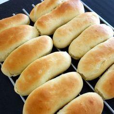 En nem og hurtig opskrift på hjemmebagt pølsebrød til hotdog. Hotdog smager simpelthen bare meget bedre med et godt frisk pølsebrød.