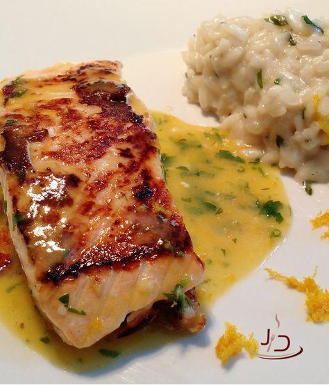 Este salmão combina perfeitamente com a acidez da laranja e a suavidade do risoto de ervas. Experimente!