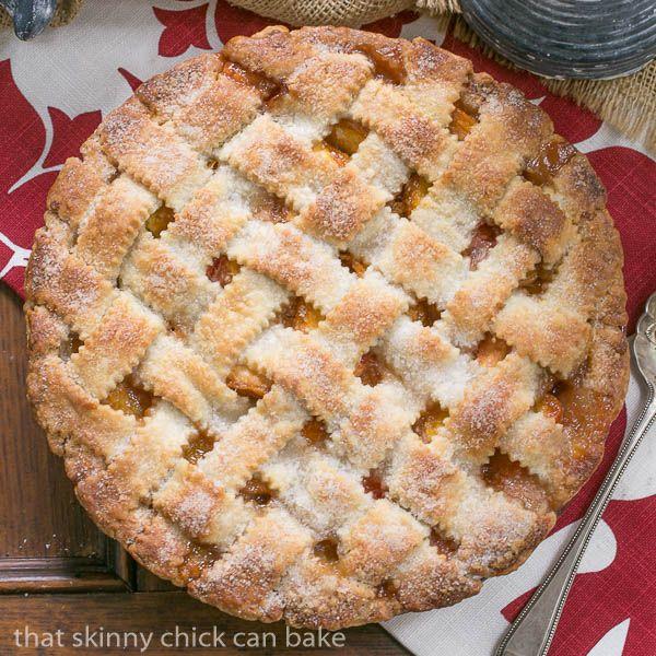 Klassische Pfirsichpastete | Eine schuppige Gitterkruste mit süßer und saftiger Pfirsichfüllung   – Pies and Tarts