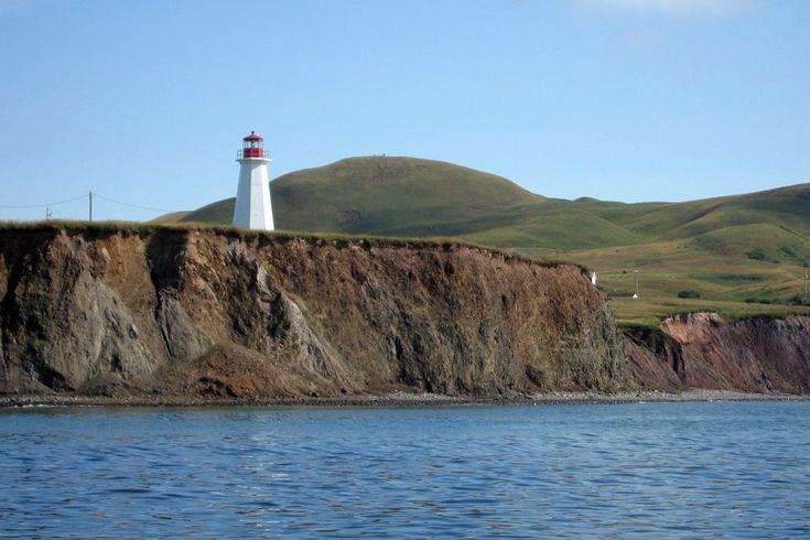 Le phare de l'Ile-d'Entrée est une installation côtière d'aide à la navigation construite en 1969 et automatisée en 1988. Il s'agit de la troisième sentinelle maritime de l'île d'Entrée, succédant à celles de 1874 et de 1908. Ce phare est le premier que les visiteurs aperçoivent en arrivant dans l'archipel des Îles-de-la-Madeleine à bord du traversier. Photo : © Dominique Malack 2007