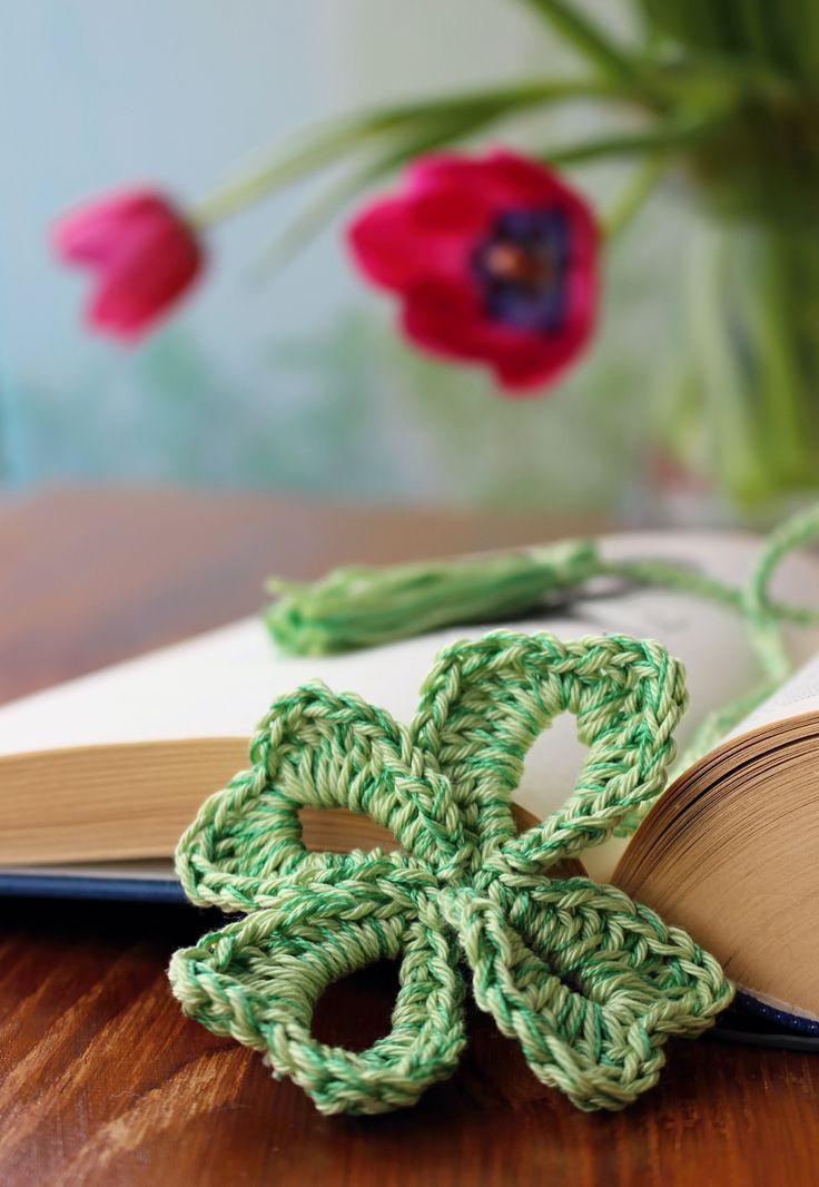 Záložka do knihy je uháčkovaná ze 100% bavlněných, stálobarevných přízí, jedna strana se čtyřlístkem pro štěstí, druhá zakončená ručně vázaným střapcem.