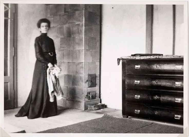 Olga Boznańska przy piecu w domu przy ulicy Wolskiej w Krakowie, ok. 1913. // Olga Boznańska in her house in Kraków, c. 1913