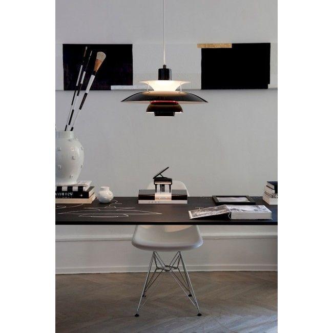 De PH 5 hanglamp van het merk Louis Poulsen is ontworpen door Poul Henningsen. De armatuur zorgt voor 100% schitteringsvrij licht en is ontworpen volgens het principe van een reflecterend systeem met drie schermen, dat het licht grotendeels naar beneden richt. De armatuur straalt zowel neerwaarts als zijdelings licht uit en verlicht zo zichzelf. De schermen zijn vervaardigd uit getrokken aluminium en mat gekleurd gelakt voor een diffuse, aangename lichtspreiding. #lightbrands #ph5 #hanglamp