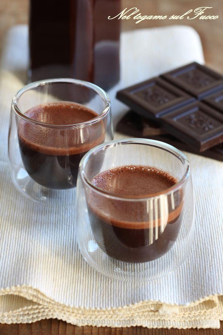 CREMA DI LIQUORE AL CACAO cremosa e molto golosa ma senza latte o panna e velocissima! Tanto da farla in giornata e la sera è pronta per essere servita! #cioccolato #liquore #fattoincasa